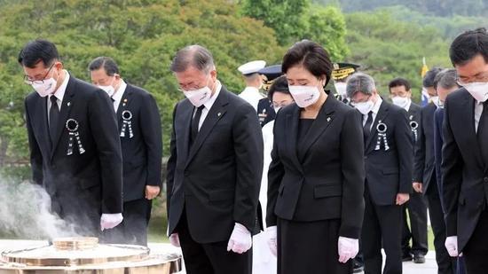 ·6月6日,文在寅(前排左二)出席显忠日纪念仪式。
