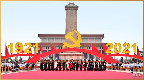 △国旗护卫队官兵护卫着五星红旗。(总台记者孙楠拍摄)
