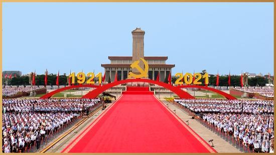 """△天安门广场上的中国共产党党徽和""""1921""""""""2021""""字标"""