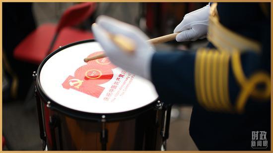 △鼓面上带有建党百年庆祝活动标识(总台央视记者彭汉明拍摄)