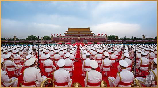 △中国人民解放军联合军乐团静待演奏开始。(总台记者廖江衡拍摄)