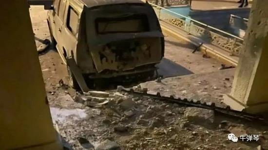 闪电从天而降劈中车辆后视镜碎裂 行车记录仪拍下惊险瞬间