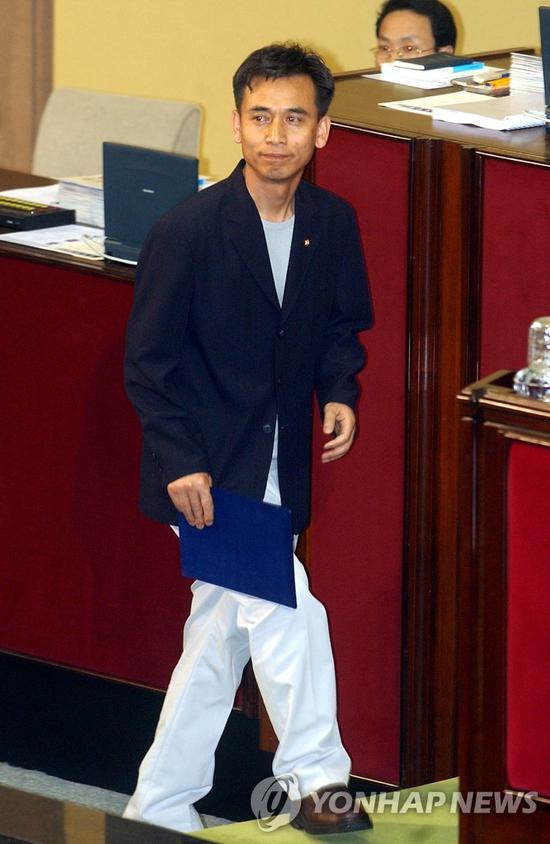 韩国男议员穿白裤子去国会(韩联社)