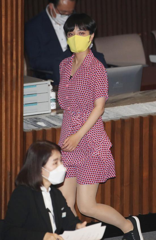 韩国女议员穿粉红裙子去国会(韩联社)