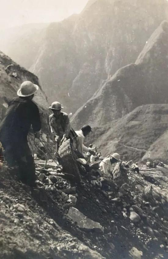 移山填沟修铁路——宝成铁路工地一角(崔敏 摄)