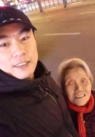 小王全程陪着老人聊天,缓解老人紧张的情绪。