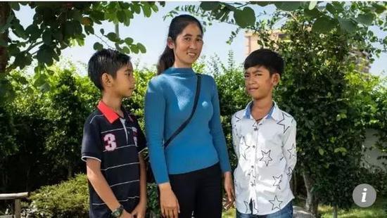 ▲萨利克(右)和妈妈及弟弟在首都金边 图据《南华早报》