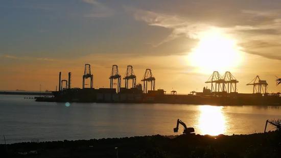 """△锡尼什港。葡萄牙政府表示,希望能将锡尼什港纳入中国提出的""""一带一路""""倡议之中,更好发挥葡萄牙得天独厚的地理位置优势。(央视记者张赫拍摄)"""