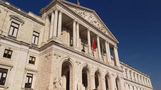 △葡萄牙议会大厦也叫圣本笃宫,始建于1598年。19世纪上半叶被大火烧毁后重建,1834年成为议会大厦。(央视记者李铮拍摄)
