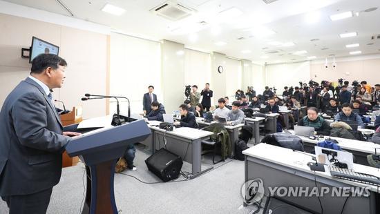 9日,韩国文体部副部长卢泰刚出面致歉。(韩联社)