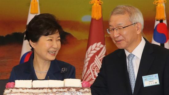 朴槿惠与韩国前大法院院长梁承泰(韩联社)