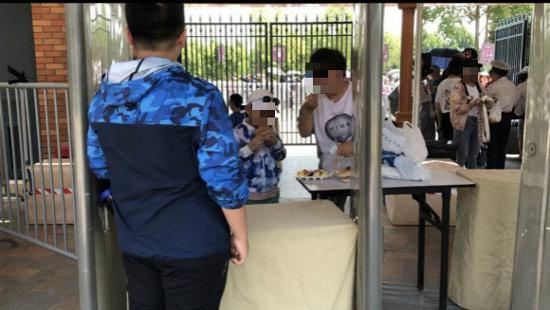 游客在安检旁吃掉刚买的食物