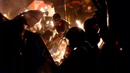 暴徒与警察对峙