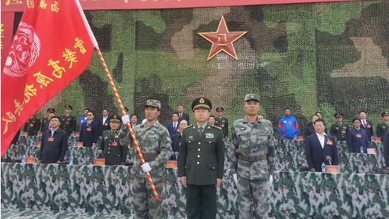 格斗俱乐部成员加入!西藏军区司令向高原新力量授旗插图(2)