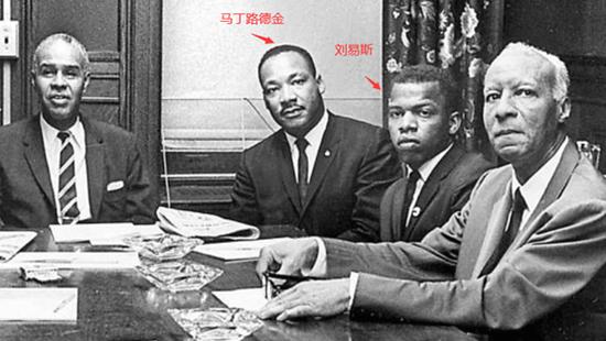 (图为其他美国媒体给出的刘易斯和马丁路德金的合影)