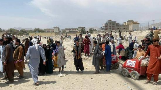大批民众在喀布尔机场等待,试图逃离阿富汗。(资料图)