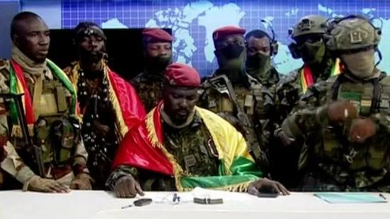当地地时间9明月5日子,马马迪·敦布亚身披屋旗泛起到几内亚屋屋电视台