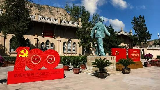 △杨家沟革命旧址的毛泽东雕像,大步向前,气势昂扬。(总台央视记者韩锐拍摄)