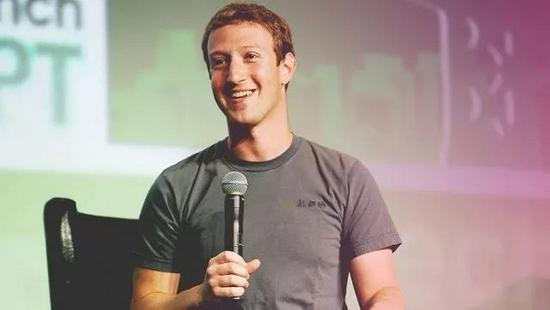 扎克伯格被媒体报道每天都穿同一件灰色圆领T恤