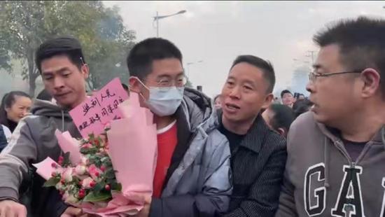 萧亚轩疑与黄皓分手 台媒曝内幕:被狗咬伤状态差选择分手