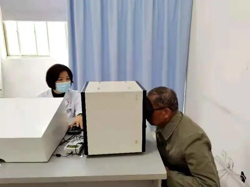 刘大爷在参加驾驶员体检。温州商报微信公众号 图