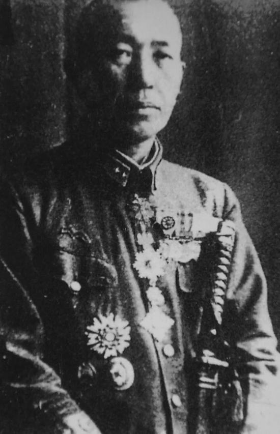 图为1946年,原731部队部队长石井四郎满身佩戴着特级勋章。