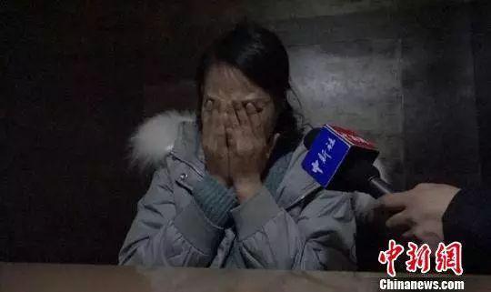 陕西商洛女子田淑平在诉说女儿病情时失声痛哭。
