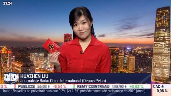 """近期,趁着中国新年,节目还给法国人科普了""""送红包""""的中国传统。(图源:《欧洲时报》)"""