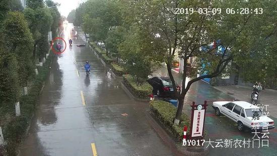 ▲热心的学生看到摔倒在地的妇女立马靠边停车