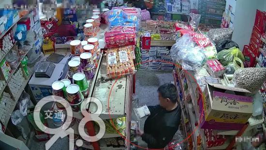 """在超市买到过期食品 男子竟然""""赚了""""一万块"""