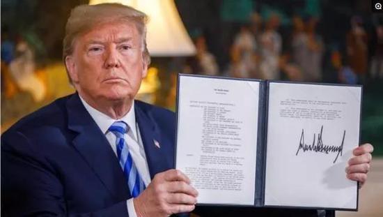 (图:2018年5月,美国总统特朗普在行政令上签名,表示退出伊朗核协议。)
