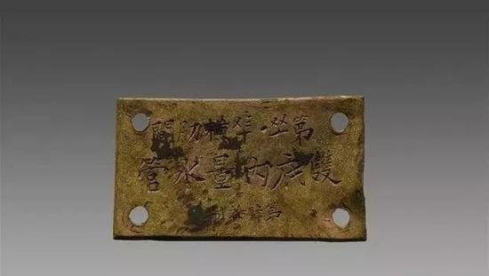 """这是威海湾甲午沉舰遗址第一期调查项目出水的一块""""定远舰""""的铜铭牌(资料照片)。(图片来源:国家文物局水下文化遗产保护中心)"""