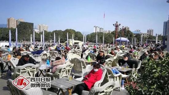 △2月21日,四川广元市利州广场,市民扎堆喝坝坝茶。