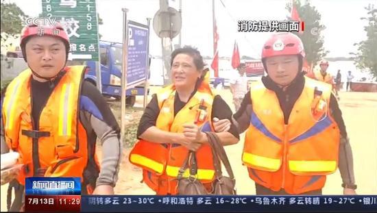 与战友在鄱阳救灾的余雷欢(左一),出现在新闻报道中。截图