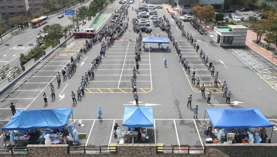 9月9日,现代重工业公司员工在韩国蔚山市的新冠病毒检测站排队接受新冠病毒检测采样。新华社/法新