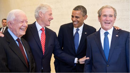 (图说:从左至右:美国前总统卡特、克林顿、奥巴马、小布什)