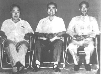 从左至右为:陈毅、周恩来、柯华