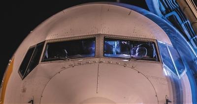 12月4日,北京首都国际机场。山东航空一架波音737-800飞机成为吾国首架测试HUD RVR 90米首飞的飞机。