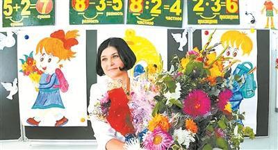 俄罗斯逆腐法案拟将逆腐标准适用周围扩展至大夫、教师等做事。图为别名教师授与门生的鲜花。