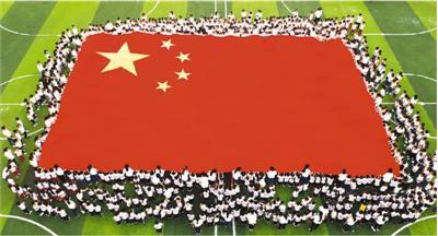 在重庆市北碚区缙云幼儿园,孩子们在老师的带领下近距离观察感受国旗之美。秦廷富摄(人民图片)