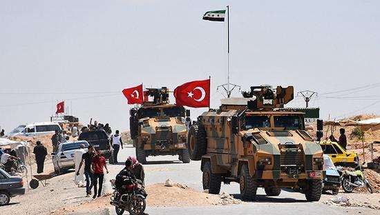 2018年6月22日,叙利亚曼比季,土耳其武装部队的装甲车完善在曼比季地区的第三轮巡逻。图片来源:视觉中国