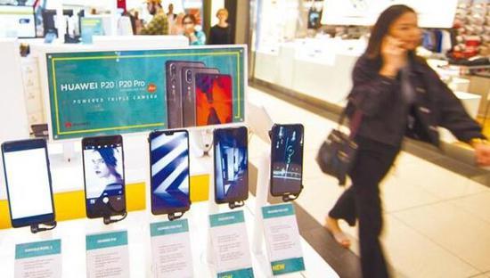 图为在添拿大众伦众伊顿购物中间,经销商展现的华为系列智能手机。新华社