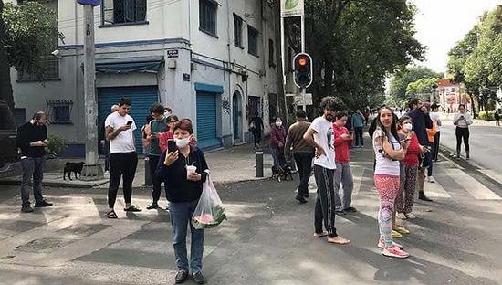 地震发生后,人们站在墨西哥城的街道上。