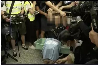 环球网记者付国豪遭围殴:我支持香港警察 可以打我了 黑衣人举美国旗追打