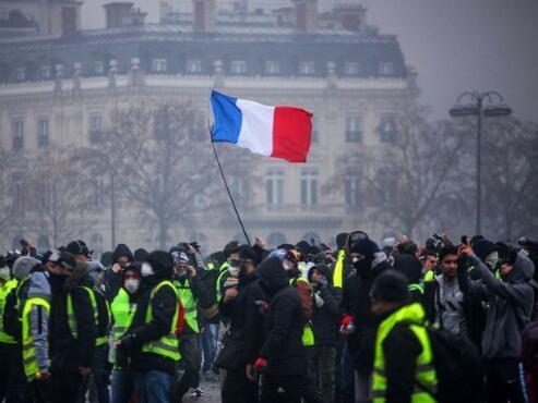 """法国爆发第四轮""""黄马甲""""抗议活动。(图源:法新社)"""