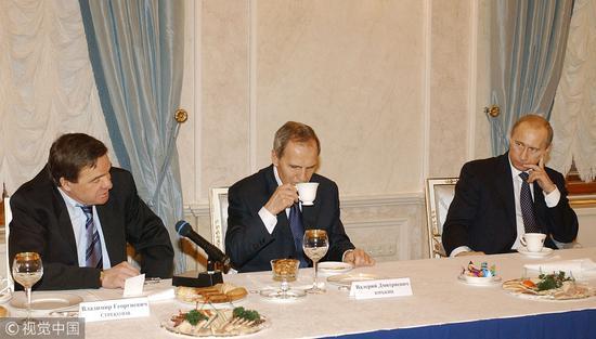 2004年12月,时任俄罗斯总统普京与宪法法院主席佐尔金、副主席斯特列科佐夫等人座谈。那时普京外示不会修宪。(图:视觉中国)