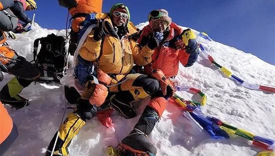 范波(右)和他的夏尔巴向导扎西的登顶照。(图片来源:范波)