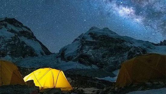 登顶途中的夜间营地。(图片来源:范波)