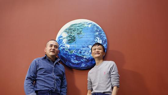 ·马云和曾梵志(左)站在共同合作的《桃花源》前合影。