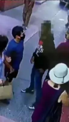 非裔男子(右)尾随并袭击华裔游客